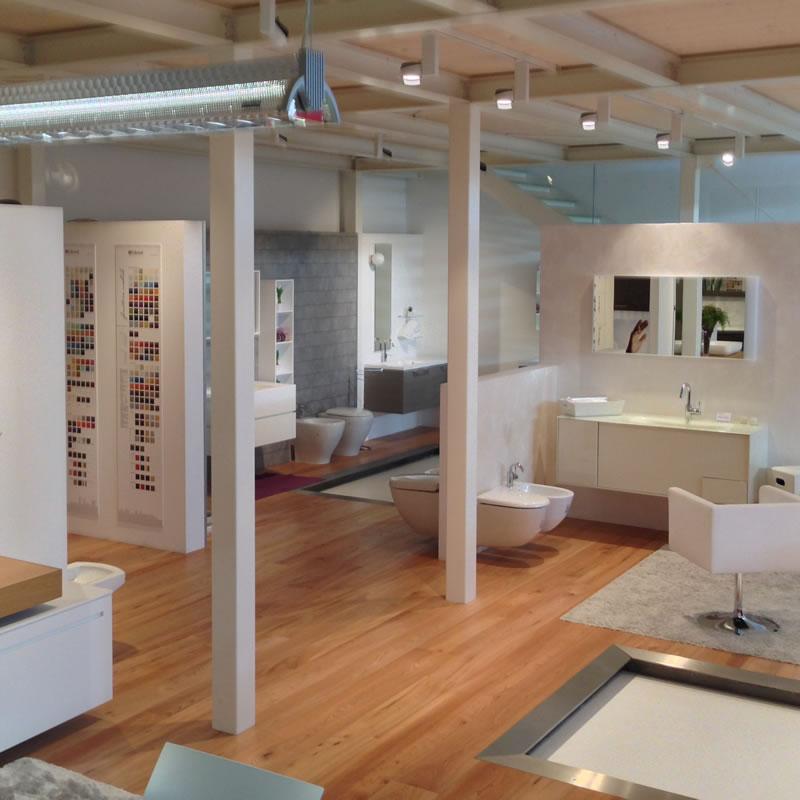 Showroom con soluzioni arredo bagno con mq di for Esposizione arredo bagno